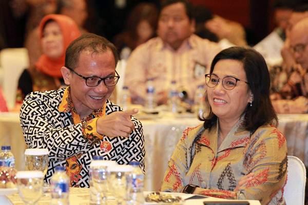 Menteri Keuangan Sri Mulyani Indrawati (kanan), berbincang dengan Wakil Ketua Komisi Informasi (KI) Pusat Gede Narayana, di sela-sela Seminar 10 Tahun Lahirnya Undang-Undang Keterbukaan Informasi Publik di Jakarta, Senin (27/8/2018). - JIBI/Dwi Prasetya