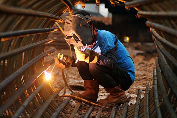 Pekerja mengelas kawat tiang pondasi proyek double-double track (DDT) atau rel ganda Paket A Manggarai-Jatinegara, Jakarta, Jumat (21/). - Antara/Angga Budhiyanto