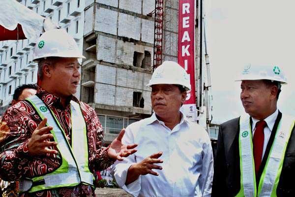Menristekdikti M Nasir (kanan) berbincang dengan Dirut PT PP Tbk Tumiyana (kiri) dan Ketua Umum Ikatan Alumni Universitas Diponegoro (IKA Undip) Maryono (tengah), saat groundbreaking pembangunan apartemen mahasiswa, di Semarang, Jawa Tengah, Selasa (17/10). - ANTARA/R. Rekotomo