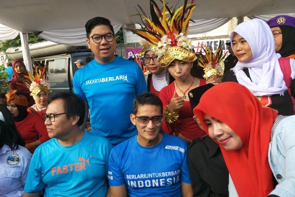 Bakal calon wakil presiden Sandiaga Uno (tengah depan) turut hadir dalam Festival Ciliwung di Condet, Jakarta Timur, Sabtu (25/8). Sandi mendorong Jakarta dan daerah-daerah lainnya rutin menggelar festival. - Bisnis/Muhammad Ridwan