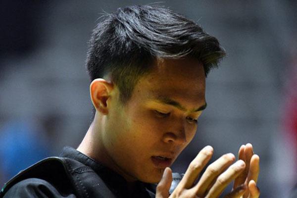 Pesilat Indonesia Komang Harik Adi Putra bedoa sebelum bertanding. - Antara