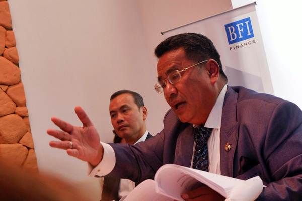 Director Finance and Corporate Secretary PT BFI Finance Indonesia Tbk (BFI) Sudjono (kiri) didampingi Kuasa Hukum BFI Hotman Paris Hutapea memberikan tanggapan terkait pengumuman yang disampaikan oleh Kantor Hukum Hutabarat Halim & Rekan selaku kuasa hukum PT Aryaputra Teguharta (PT APT) di Jakarta, Selasa (31/7/2018). - JIBI/Nurul Hidayat