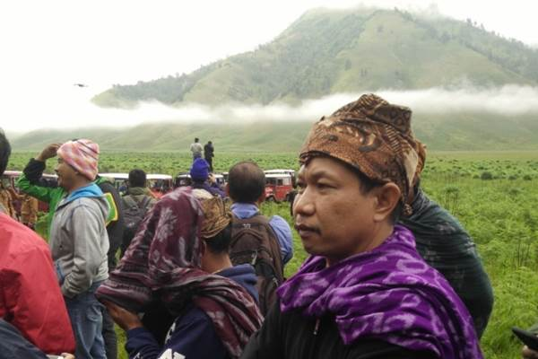 Camat Sukapura Kabupaten Probolinggo, Jawa Timur, Julius Christian (kanan), mengajak sejumlah wartawan melihat pekerjaan program dana desa di wilayahnya, Selasa (28/11/2017). - JIBI/Nurudin Abdullah