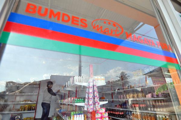 Petugas merapikan produk yang dijual di Badan Usaha Milik Desa (BUMdes) Mart
