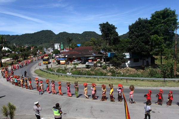 Sejumlah perempuan membawa Talam berisi makanan dan lauk pauk saat pengukuhan pengurus Lembaga Kerapatan Adat Alam Minangkabau (LKAAM), di Kabupaten Solok, Sumatera Barat, Sabtu (11/8). Arak-arakan Bajamba yang diikuti 1.000 orang dari perwakilan 74 nagari, merupakan tradisi masyarakat Minangkabau dalam menyambut upacara adat istiadat. - Antara/Muhammad Arif Pribadi