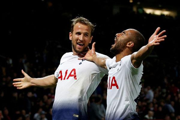Dua andalan Tottenham Hotspur, Harry Kane (kiri) dan Lucas Moura, merayakan gol ketiga ke gawang Manchester United. - Reuters/Andrew Yates
