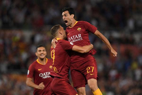 Pemain AS Roma Javier Pastore (kanan) selepas menjebol gawang Atalanta Bergamo, disambut Edin Dzeko (tengah) dan Lorenzo Pellegrini (kiri). - Reuters/Alberto Lingria