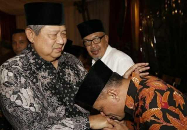 Gatot Nurmantyo mencium tangan Susilo Bambang Yudhoyono - Instagram