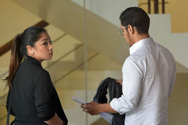 Anak dari terdakwa kasus korupsi KTP elektronik Setya Novanto, Rheza Herwindo (kanan) dan Dwina Michaella berada di lobi seusai menjalani pemeriksaan di gedung KPK Jakarta, Rabu (10/1). - ANTARA/Wahyu Putro A