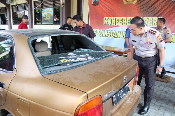 Kapolres Boyolali AKBP Aries Andhi mengamati mobil Suzuki Baleno yang digunakan pengedar narkoba dalam penyergapan oleh aparat di wilayah Kecamatan Wonosegoro, Sabtu (25/8). - JIBI/Akhmad Ludiyanto