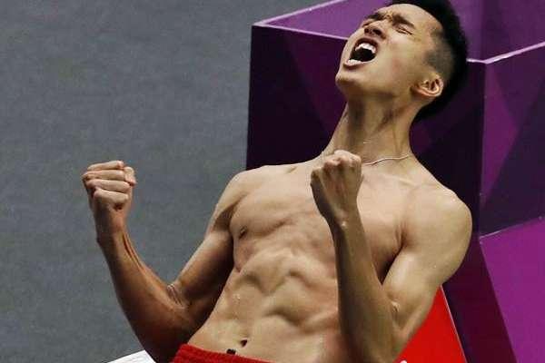 Ekspresi pebulu tangkis tunggal putra Indonesia Jonatan Christie usai mengalahkan pebulu tangkis Jepang Kenta Nishimoto, pada babak semifinal Asian Games 2018 di Istora Senayan, Jakarta, Senin (27/8). Jonatan Christie berhasil mengalahkan Kenta Nishimoto dengan skor 21-15, 15-21, dan 21-19 dan maju ke babak final./Reuters - Cathal Mcnaughton
