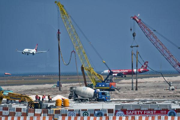 Pekerja menggarap pembangunan apron timur Bandara Internasional I Gusti Ngurah Rai, Kuta, Bali, Jumat (20/7). - Antara/Aditya Pradana Putra