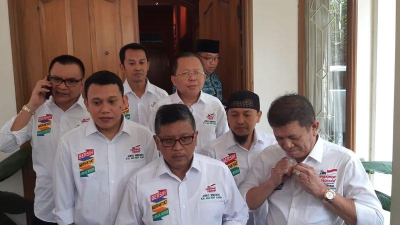 Sekretaris Tim Kampanye Nasional (TKN) Jokowi-Ma'ruf Amin, Hasto Kristiyanto (tengah), usai menggelar rapat di Rumah Cemara 19, Jakarta (28/8). - Bisnis/Muhammad Ridwan