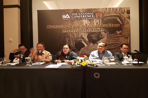 President IIA Indonesia Hari Setianto (dua dari kiri), VP IIA Indonesia Angela Simatupang (tiga dari kiri)./JIBI/BISNIS - Feri Kristianto