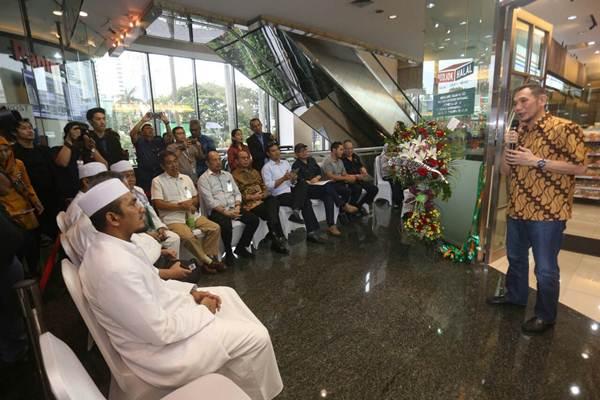Penasehat Citra Marga Nusaphala Persada (CMNP) Group Mohammad Jusuf Hamka memberikan penjelasan saat peresmian gerai ritel Podjok Halal di Bursa Efek Indonesia (BEI) Selasa (5/12). - JIBI/Nurul Hidayat