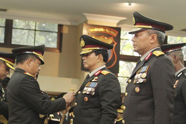 Kapolri Jenderal Pol Tito Karnavian (kiri) menyematkan tanda pangkat kepada Wakapolri Komjen Pol Ari Dono Sukmanto (tengah) dan Kabareskrim Komjen Pol Arief Sulistyanto (kanan) saat pelantikannya di Mabes Polri, Jakarta, Jumat (17/8). Komjen Pol Ari Dono dilantik untuk menggantikan Komjen Pol Syafruddin yang diangkat sebagai Menteri Pendayagunaan Aparatur Negara dan Reformasi Birokrasi (Menpan-RB), sedangkan Komjen Pol Arief Sulistyanyo menggantikan Ari Dono.  - Antara