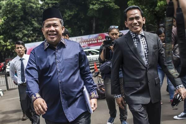 Wakil Ketua DPR Fahri Hamzah (kiri) tiba untuk menjalani pemeriksaan di Direktorat Reserse Kriminal Khusus (Dit Reskrimsus), Polda Metro Jaya (PMJ), Jakarta, Senin (19/3/2018). - ANTARA/Aprillio Akbar