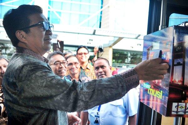 Dewan Komisioner OJK Muliaman D. Hadad menguji uang elektronik Chip Based atau berbasis Chip yaitu BSB Card saat peluncuran BSB Cash dan Layanan Laku Pandai BSB di Gedung Bank Sumsel Babel, Palembang, Selasa (4/4/2017). - Antara/Feny Selly