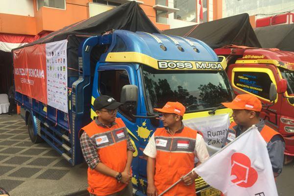 Rumah Zakat mengirimkan lima truk berisi bantuan logistik untuk korban gempa bumi di Lombok, Nusa Tenggara Barat./JIBI/BISNIS - Dea Andriyawan