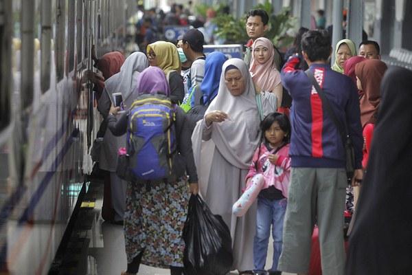 Calon penumpang menaiki kereta api di Stasiun Pasar Senen, Jakarta, Jumat (14/4). - Antara/Muhammad Adimaja