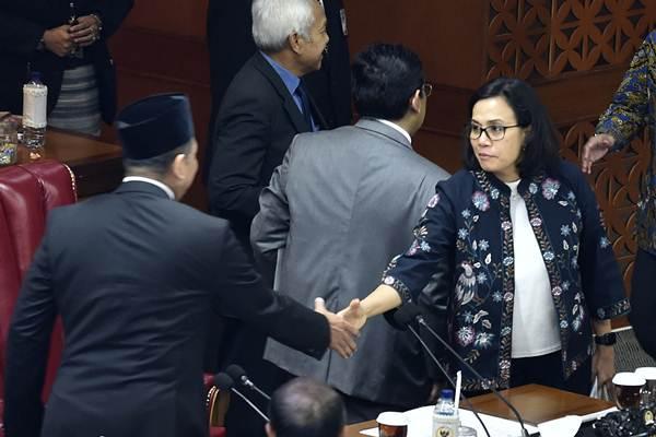 Menteri Keuangan Sri Mulyani (kanan) berjabat tangan dengan Ketua DPR Bambang Soesatyo usai Rapat Paripurna ke-30 di Kompleks Parlemen Senayan, Jakarta, Kamis (12/7/2018). - ANTARA/Puspa Perwitasari