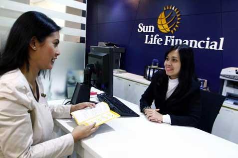 Karyawati Sun Life Fiancial melayani nasabah.