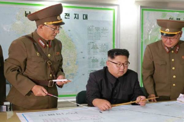 Pemimpin Korea Utara Kim Jong-un memimpin rapat perang untuk peluncuran rudal jarak menengah ke dekat wilayah AS di Pasifik, Guam. - KCNA
