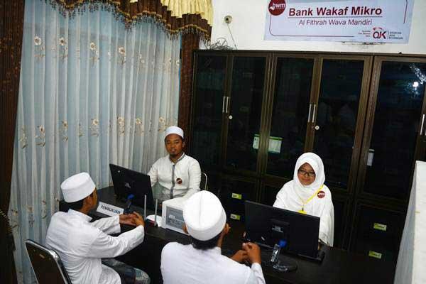 Santri mendapatkan pelayan petugas dalam Bank Wakaf Mikro Al Fithrah Wava Mandiri di Pondok Pesantren As Salafi Al Fithrah, Surabaya, Jawa Timur, Jumat (9/3/2018). - ANTARA/Umarul Faruq
