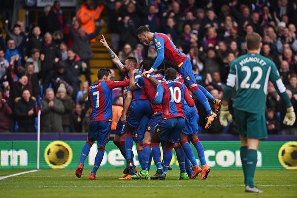 Para pemain Crystal Palace bersuka cita selepas menjebol gawang Liverpool yang dikawal Simon Mignolet (kanan). - Reuters