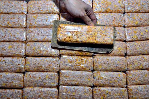 Perajin membuat tempe berbahan baku kedelai impor di kampung sukamaju, Tasikmalaya, Jawa Barat, Senin (16/7/2018). - ANTARA/Adeng Bustomi