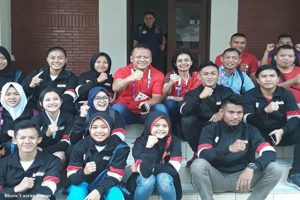 Kontingen pencak silat Indonesia di Padepokan Pencak Silat Taman Mini Indonesia Indah (TMII) Jakarta Timur/Bisnis - Yusran Yunus