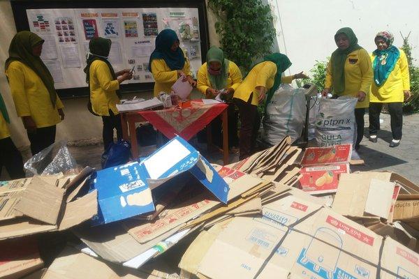 Pengelola BSSR RW13 Suryodiningratan saat menimbang sampah nonorganik setoran nasabah, Minggu (26/8). - JIBI/Sunartono