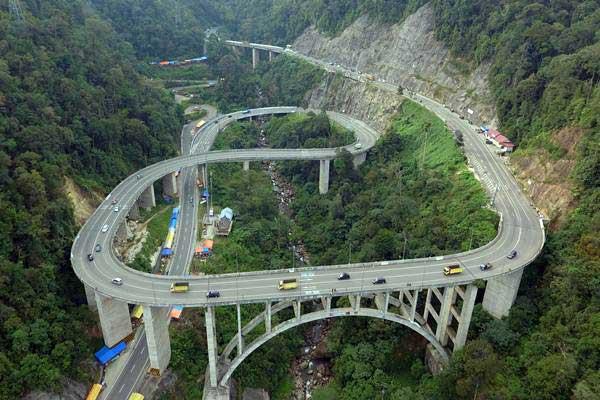 Foto udara kendaraan pemudik melintasi fly over Kelok Sembilan, di Kabupaten Limapuluhkota, Sumatra Barat, Senin (11/6). - ANTARA/Iggoy el Fitra