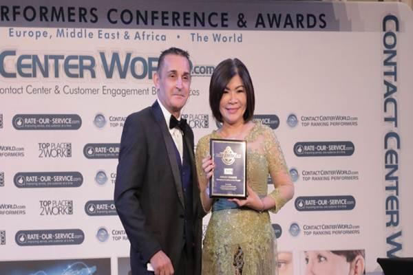 Executive Vice President Center of Digital BCA Wani Sabu (kanan) menerima penghargaan DREAM TEAM yang diserahkan oleh President of Contact Center World Raj Wadhwani (kiri) dalam ajang Contact Center World (CCW) Award 2018 di Macau - Istimewa