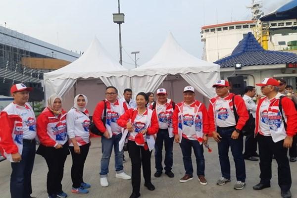 Menteri BUMN Rini Soemarno (tengah) bersama jajaran direksi sejumlah BUMN di Pelabuhan Merak bersiap melakukan ekspedisi Trans-Sumatera. - Irene Agustine