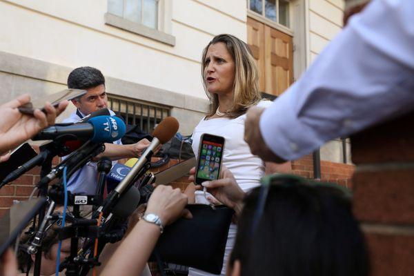 Menteri Luar Negeri Kanada Chrystia Freeland berbicara kepada wartawan di luar kantor US Trade Representative (USTR) di Washington, AS, Selasa (28/8). - Reuters/Chris Wattie