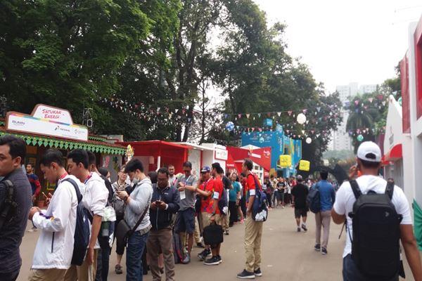 Antrean untuk membeli merchandise Asian Games 2018 di area Gelora Bung Karno./JIBI/BISNIS - Nur Faizah Al Bahriyatul Baqiroh