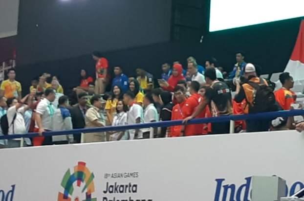 Prabowo Subianto mendatangi pesilat Indonesia dan pesilat dari negara lain di tribun atlet - Bisnis/Yusran Yunus
