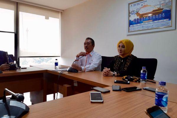 Deputi Bidang Usaha Pertambangan, Industri Strategis, dan Media Kementerian BUMN Fajar Harry Sampurno (kiri) memberikan penjelasan mengenai pengangkatan Nicke Widyawati (kanan) sebagai Direktur Utama PT Pertamina (Persero) di Gedung Kementerian BUMN, Jakarta, Rabu (29/8). - Bisnis/David Eka Issetiabudi
