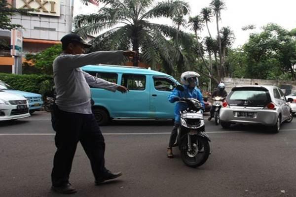 Petugas mencegah sejumlah pengendara sepeda motor yang melawan arus lalu lintas di kawasan Kalibata, Jakarta. - Antara