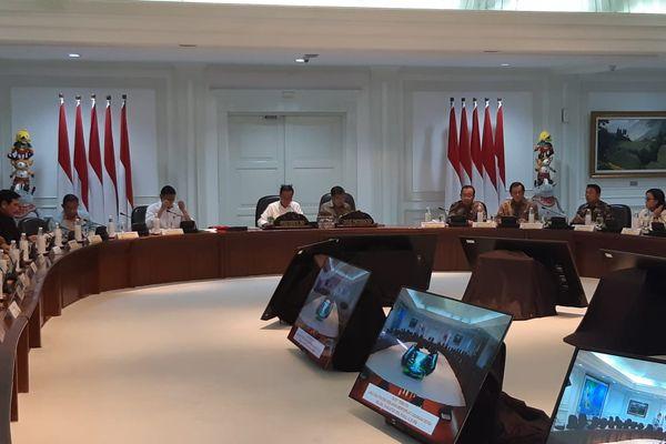 Presiden Joko Widodo (tengah) memimpin rapat terbatas soal strategi kebijakan memperkuat cadangan devisa di Kantor Presiden, Jakarta, Selasa (14/8). Rapat terbatas bersama sejumlah menteri Kabinet Kerja dan Kepala Lembaga ini merupakan rapat lanjutan dari rapat serupa yang pernah digelar pada akhir Juli 2018. - Bisnis/Yodie Hardiyan
