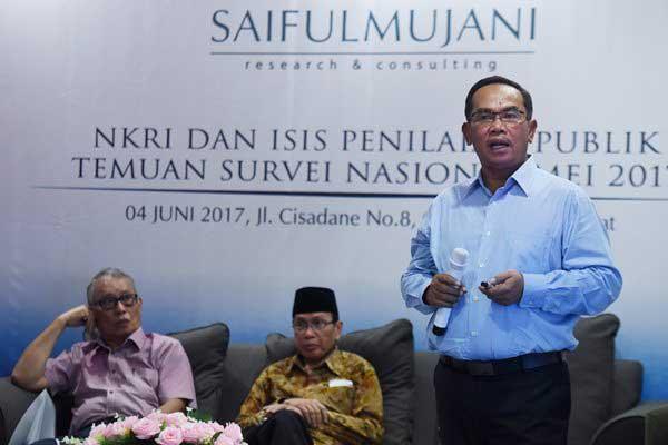 Pendiri Saiful Mujani Research and Consulting (SMRC) Saiful Mujani (kanan) menjelaskan hasil survei lembaganya disaksikan Guru Besar UI Tamrin Amal Tomagola (kiri) dan Rais Syuriyah PBNU Masdar Farid Mas'udi (tengah) saat rilis hasil survei terkait NKRI dan ISIS di Jakarta, Minggu (4/6). - Antara/Hafidz Mubarak A