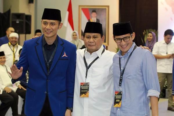 Pasangan bakal calon presiden Prabowo Subianto (tengah), dan bakal calon wakil presiden Sandiaga Uno (kanan), berfoto bersama Ketua Komando Tugas Bersama Partai Demokrat Agus Harimurti Yudhoyono, saat tiba di kantor Komisi Pemilihan Umum Jakarta, Jumat (10/8/2018). - JIBI/Dwi Prasetya