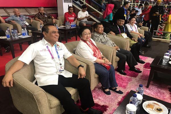 Ketua Kontingen Indonesia untuk Asian Games 2018 Sjafruddin (kiri), Megawati Soekarnoputri, Wakil Presiden Jusuf Kalla, Prabowo Subianto, dan Puan Maharani menyaksikan final pencak silat Asian Games 2018 - Istimewa