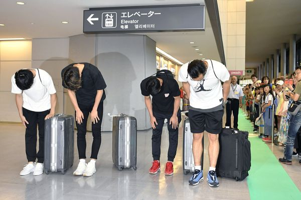 Empat pebasket Jepang yang dipulangkan dari Asian Games 2018 meminta maaf kepada rakyat Jepang ketika tiba di Bandara Narita, Jepang, Senin (20/8). - Kyodo via Reuters