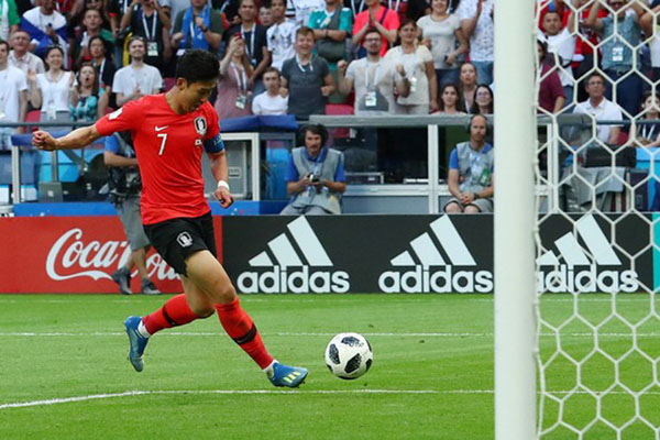 Kapten Timnas Korea Selatan Son Heung-min ketika menjebol gawang Jerman pada Piala Dunia 2018 di Kazan, Rusia. Korsel menang 2-0. - Reuters/Pilar Olivares