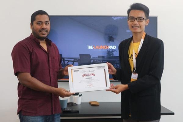 Rhizaf Setyo(kanan) menerima piagamThe Most Innovative Idea dalam Kegiatan Youth Connect on Entrepreneurship di Singapura dan Malaysiapada 5-7 Agustus 2018. - Istimewa