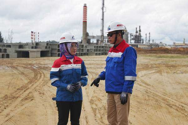 Menteri ESDM Ignasius Jonan (kanan) bersama Plt Direktur Utama Pertamina Nicke Widyawati melakukan kunjungan ke proyek Refinery Development Master Project (RDMP) Refinery Unit V Balikpapan, Kalimantan Timur, Kamis (26/4/2018). - ANTARA/Rivan Awal Lingga