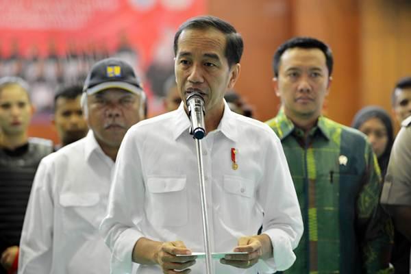 Presiden Joko Widodo (tengah) didampingi Menteri PUPR Basuki Hadimuljono (kiri) dan Menpora Imam Nahrawi memberikan keterangan terkait gempa lombok berkekuatan 7 pada skala richter (SR) seusai meninjau latihan pelatnas Pencak Silat di TMII, Jakarta, Senin (6/8/2018). - ANTARA/Wahyu Putro A