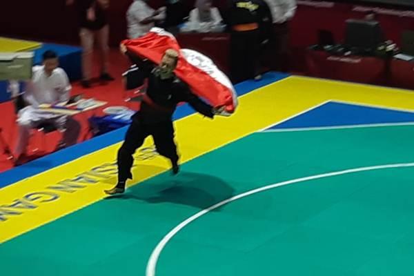 Hanifan Yudani Kusumah melakukan selebrasi usai meraih medali emas - Bisnis/Yusran Yunus